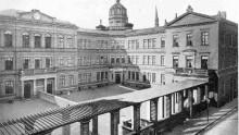 Das Bild zeigt das alte Gymnasium in der Dechanastraße
