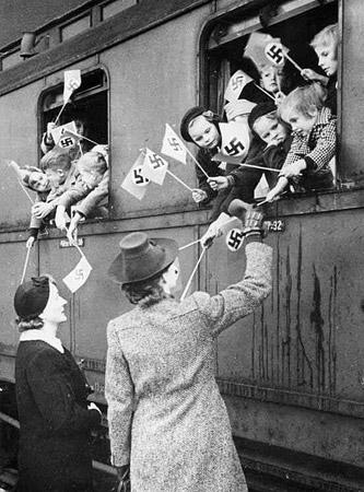 Bild zeigt die Kinderlandverschickung bei der Abfahrt mit dem Zug