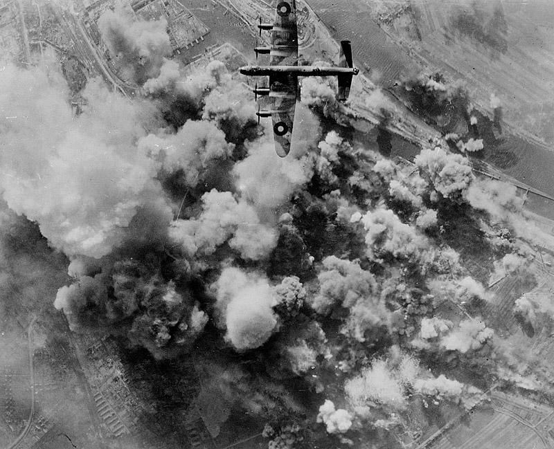 Das Bild zeigt einen britischen Luftangriff auf das Stephaniviertel