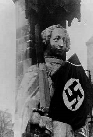 Das Bild zeigt den Roland der ein Hakenkreuz trägt