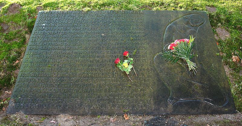 Das Bild zeigt ein Ehrenmal auf dem Osterholzer Friedhof