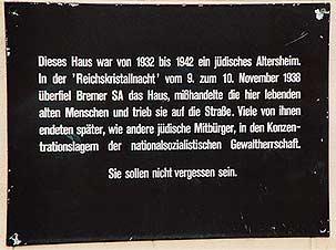 Das Bild zeigt eine Gedenktafel an der Gröpelinger Heerstraße auf dem steht dieses haus war von 1932 bis 1942 ein jüdisches Altersheim.In der Reichskristallnacht vom 9 zum 10 November 1938 überfiel Bremer SA das Haus, mißhandelte die hier lebenden alten Menschen und trieb sie auf die Straße.Viele von ihnen endeten stäter, wie andere jüdische Mitbürger, in den Konzentrationslagern der Nationalsozialistischen Gewaltherrschaft. Sie sollen nicht vergessen sein.