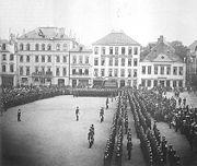 Das Bild zeigt ein historisches Bild Aufmarsch auf dem Domshof
