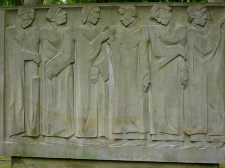 Auf der Anlage für KZ-Opfer und deutsche Soldaten steht ein Sandsteinblock mit sechs weiblichen Figuren, die Gemeinschaft in Leben und Tod symbolisierend