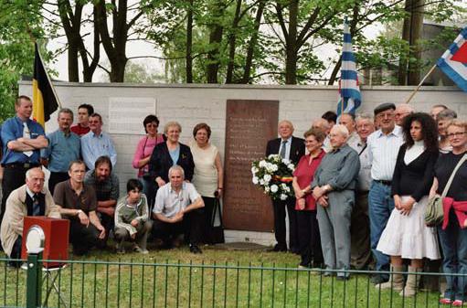 Das Bild zeigt die Einweihung am 21.04.2006 von 3 Steinen zum Gedenken an die 1938 aus Bremen deportierte und 1942 in Ostgalizien ermordete jüdische Kaufmannsfamilie für Familie Littmann in der Johann-Kühn-Straße 24