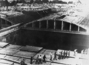 KZ-Häftlinge beim Bau des Marine-Bunkers