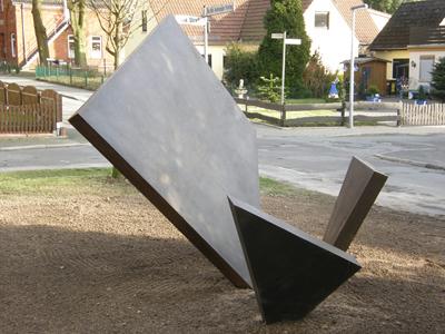 Das Bild zeigt ein Mahnmal zum Gedenken an die Zerstörung der Aumunder Synagoge