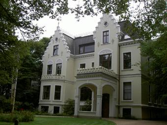 Das Bild zeigt das Haus der Hollerallee Nummer 75 welches heute als Kirche genutzt wird