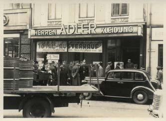 Dieses Bild zeigt den Boykott bei Herrenkonfektion Adler Inh. Heinrich Bialystock