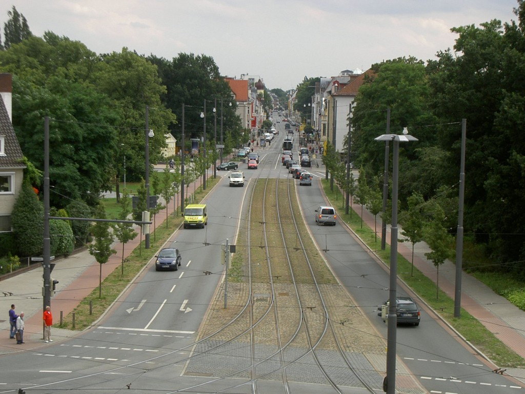 Das Bild zeigt den Buntentorsteinweg heute stark befahren und mit einer Straßenbahnlinie