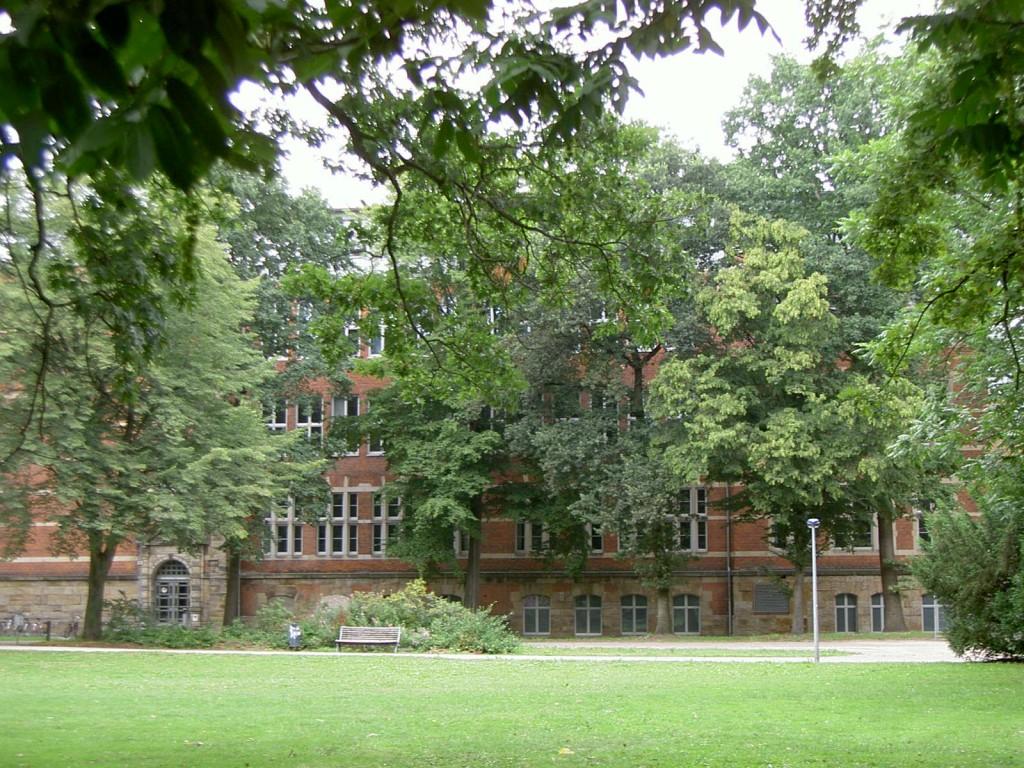Das Bild zeigt die Hochschule in der Langemarckstraße