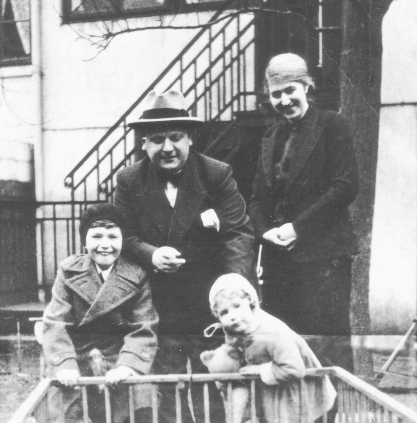 Dieses Bild zeigt Leo Freudenberg mit seiner Familie