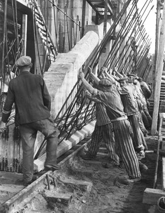 Dieses Bild zeigt die Zwangsarbeiter bei der Arbeit im U-Boot Bunker Valentin