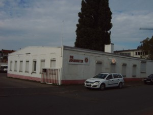 Bild zeigt ein neues Gewerbegebäude dort wo einst ein Arbeitslager der Nazis war