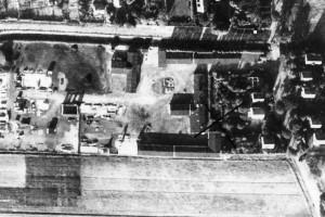 Das Bild zeigt eine Luftaufnahme des Lagers von 1951