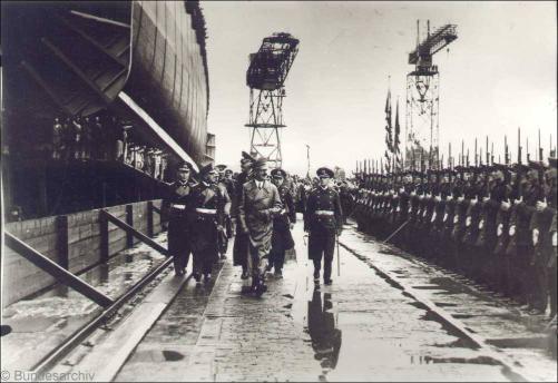 Hitler beim Besuch der AG-Weser