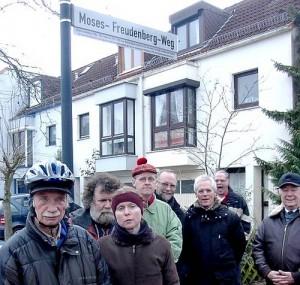 Dieses Bild zeigt die Personen von der Einweihungsfeier des Moses Freudenberg Wegs