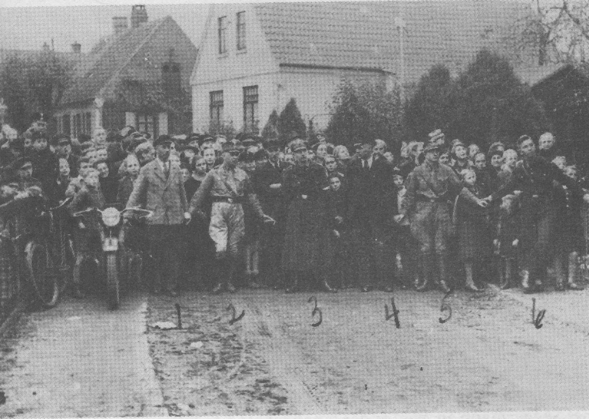 Dieses Bild zeigt Bevölkerung und Täter Hand in Hand bei der Verbrennung der Aumunder Synagoge am 10. November 1938