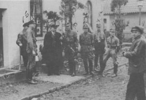 Das Bild zeigt die Täter, die am 10. November 1938 die Aumunder Synagoge in Brand steckten