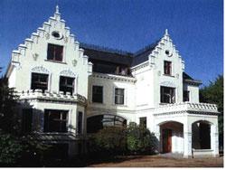 Dieses Bild zeigt ein heutiges Foto der Forum Kirche in der Hollerallee (damaliger Sitz der SA)