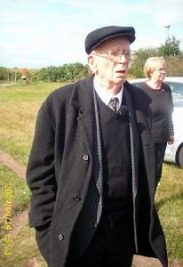 Dieses Bild zeigt Herbert Johanning bei seinem Besuch des KZ Farge, 2005
