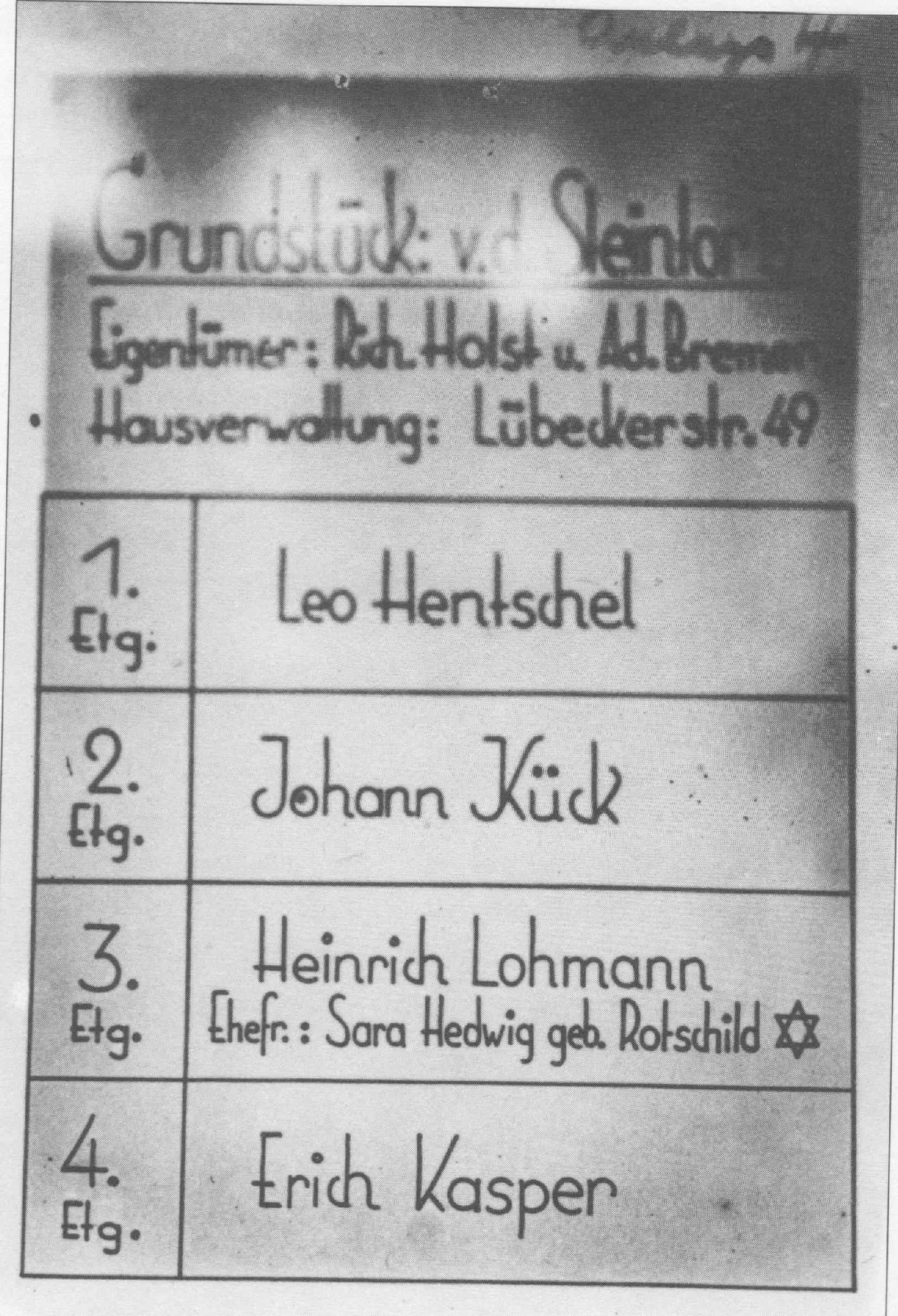 Dieses Foto zeigt eine Namenstafel die 1939 auf Veranlassung Holsts im Hausflur Vor dem Steintor 155 angebracht wurde
