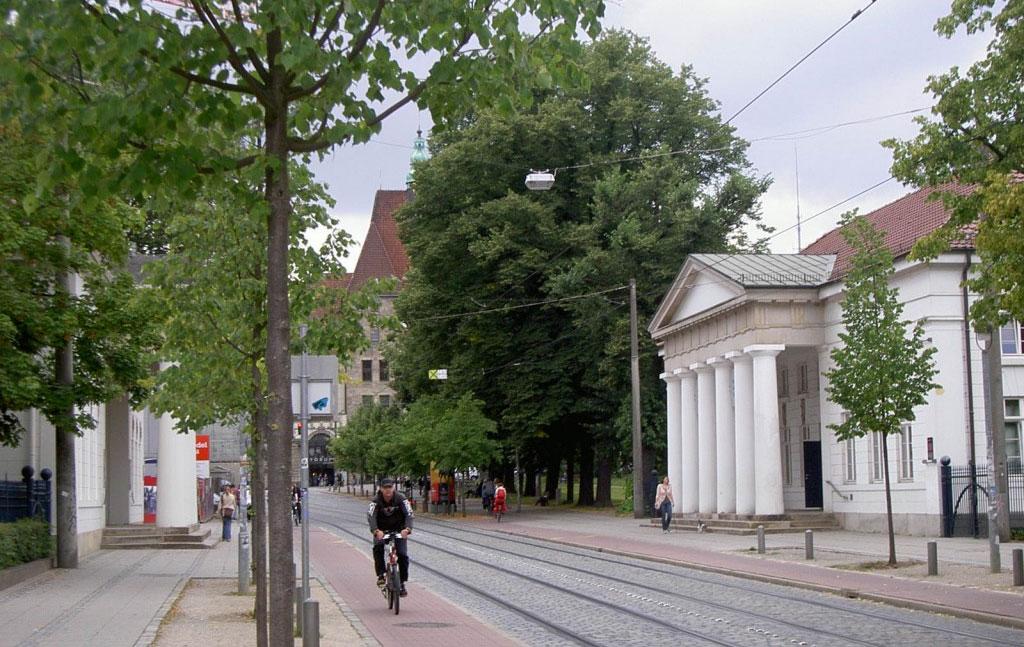 Das Bild zeigt die Ostertorwache heute, im Hintergrund der neue Standort der Zentralbibliothek