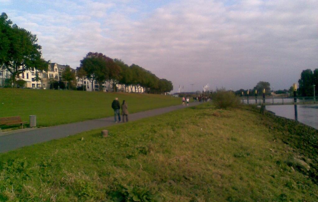 Blick auf die Weserpromenade an einem Herbstsonntag